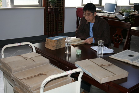 镇江市委王建宏副主委带领机关干部前往镇江图书馆,档案馆,积极查找